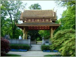 Китайский уголок в парке.