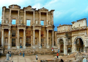 Каким образом пополнялась книгами древняя Александрийская библиотека?а