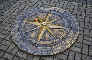 """Что изображает этот медальон, вмонтированный в тротуар около музея """"Мирового океана""""?"""