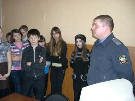 На экскурсии в отделе полиции