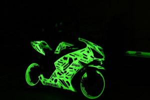 Мотоцикл окрашенный светящейся краской (ночью)