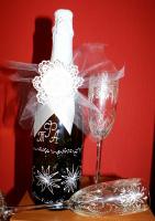 декор свадебной бутылки и бокалы