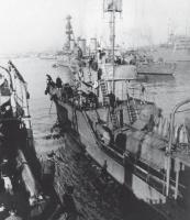Советский быстроходный тральщик Т-412 «Арсений Раскин» снимается с якоря в порту Батуми
