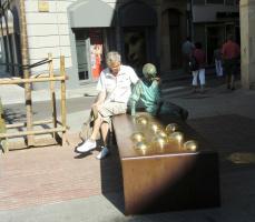 молодой Антонио Гауди под чутким руководством играет в шары...