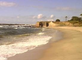 """Пляж на Балтийской косе около форта """"Западный""""."""