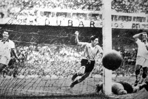 Когда и где был проведен первый чемпионат мира по футболу?