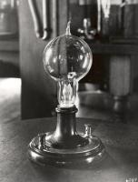 Где была изготовлена первая электрическая лампочка?