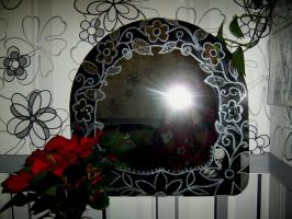 Декор зеркала в технике точечной росписи.