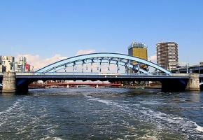 Один из многочисленных мостов на реке Сумида (Токио)