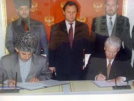 Б Ельцин и А. Масхадов подписывают соглашение о перемирии.