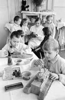 Дети бойцов и командиров РККА готовят подарки для раненых Московского госпиталя.