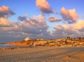 Первые закатные лучи над ашкелонским пляжем