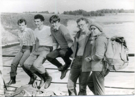 1978г.С. Бородинов,С. Кудряшов,Ю Киселёв, Н.Катков за Волгой в ожидании катера.