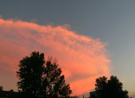 От Нижнего надвигалась грозовая темная туча, но закатное солнце усмирило её розовым светом!