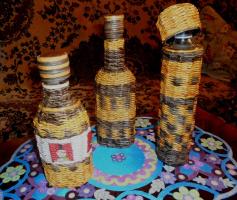 Бутылки оплетенные газетными трубочками.