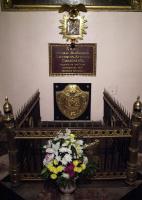 Здесь захоронено тело М.И. Кутузова. А сердце захоронено в другом месте. Почему и где захоронено?