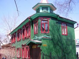 Дом с красными окнами