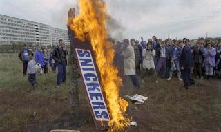 """Сжигание макета шоколадного батончика """"Сникерс"""""""