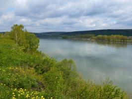 течёт река