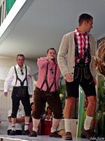Как называются штанишки  у этих мужчин,и что не так с их носками???