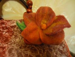Цветок на сумку сухим валянием