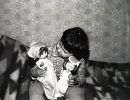 """Моя 4-х летняя дочка Анечка разговаривает со своими """"дочками"""". 1981 год."""