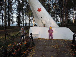 У памятника Журину