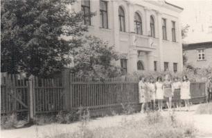У здания библиотеки