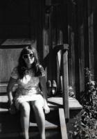 Я в далеком 1975 г. на крыльце родительского дома.