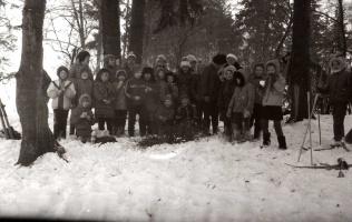1987 год. Веселая команда третьеклассников на прогулке в зимний день.