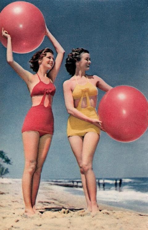 Купальные костюмы  давно прошедших лет 1940-х годов