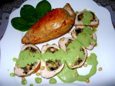 Куриные грудки со шпинатным соусом, фаршированные грибами и сыром