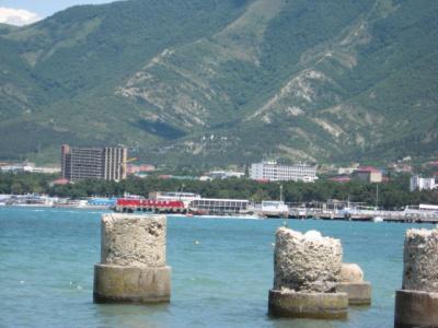 Вид на Черное море и горы с пляжа