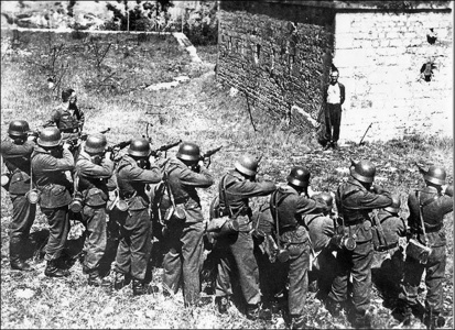 Джорж Блинд, член Французского сопротивления, улыбается в лицо расстрельной команде, 1944