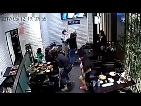Девушка ногой ударила девочк…