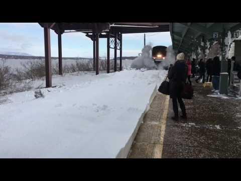 Поезд устроил снежную бурю