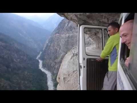 Впечатляющая поездка вдоль ущелья в Гималаях