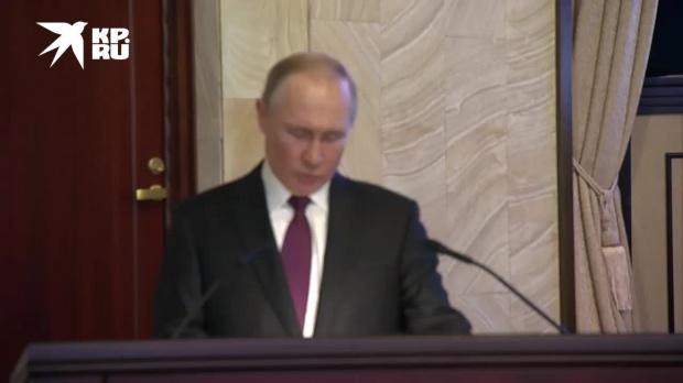 """""""Испугались"""": Путин с юмором отреагировал на неполадки с микрофоном"""