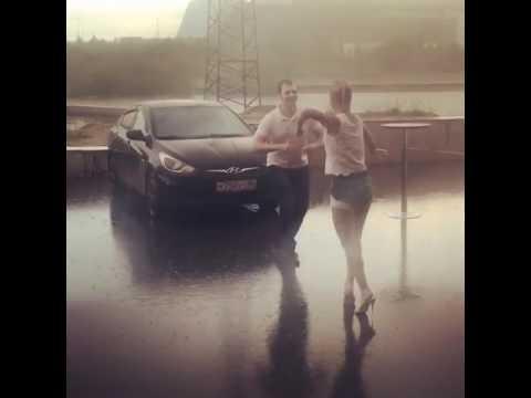 Пара развлекла прячущихся от дождя прохожих своей зажигательной сальсой. Вот это задор!