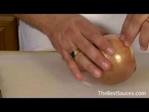 Гениальный трюк: как порезать лук без слез!