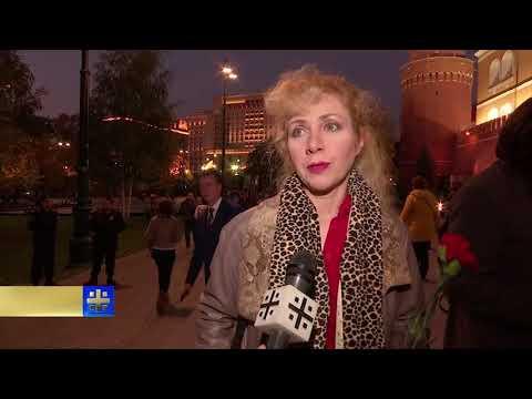 Москвичи несут цветы в Александровский сад, чтобы почтить памяти погибших в Керчи
