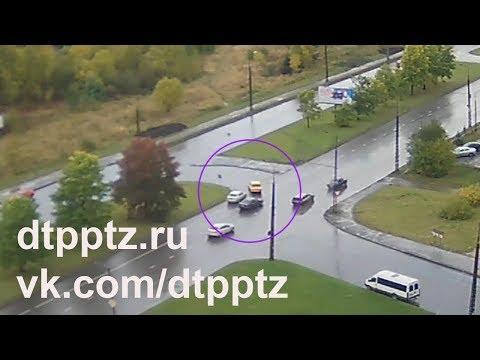 Момент ДТП в Петрозаводске с участием двух легковушек попал в объектив видеокамеры