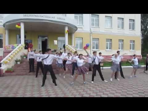 Зажигательный танец выпускников и бесподобная учительница. Вот как нужно праздновать выпускной в школе!