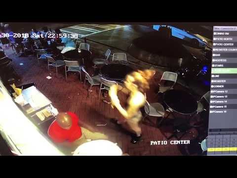 Официантка сбила с ног посет…