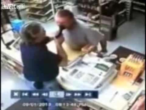 При ограблении магазина злоумышленник явно не ожидал такого развития событий