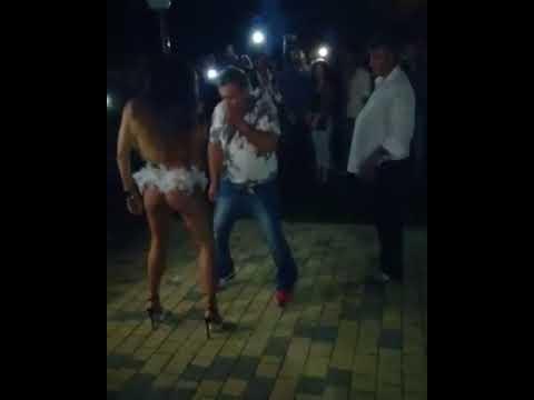 Мужчина хотел развлечься с танцовщицей, но жена вовремя вмешалась