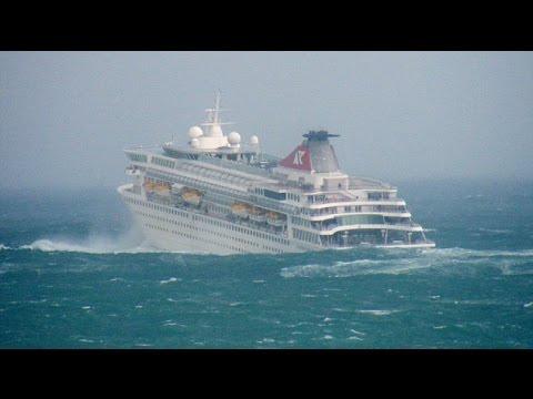 Круизный лайнер во время шторма