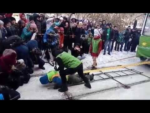 Жительница Иркутска в 20-градусный мороз сдвинула два трамвайных вагона