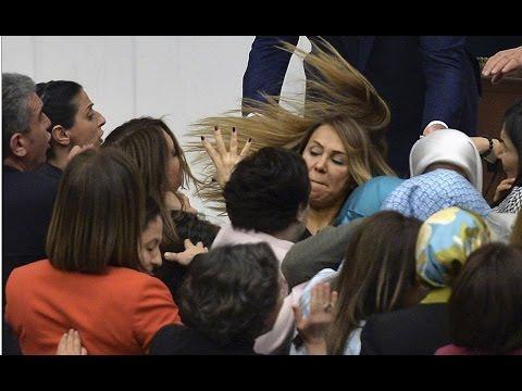 Женская драка в турецком парламенте попала на видео