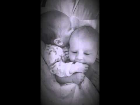 Двойняшки заплакали в своей …